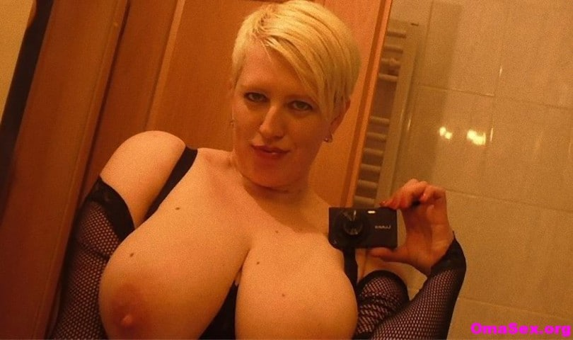 Blonde MILF mit dicken Titten