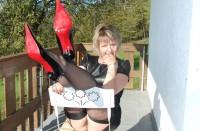 Strenge Oma aus Berlin wichst Dich in High-Heels ab